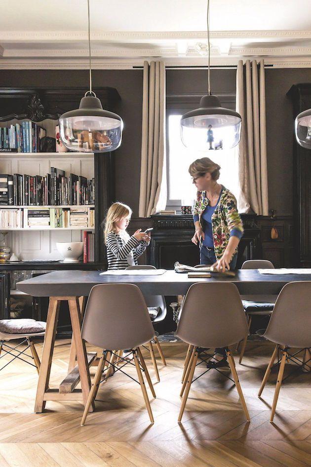 Intérieur Alexandra Nicolas de Royal Roulotte salle a manger dsw eames grise chaise design bois plastique mur gris reglisse lampe bocal vitrine eno studio