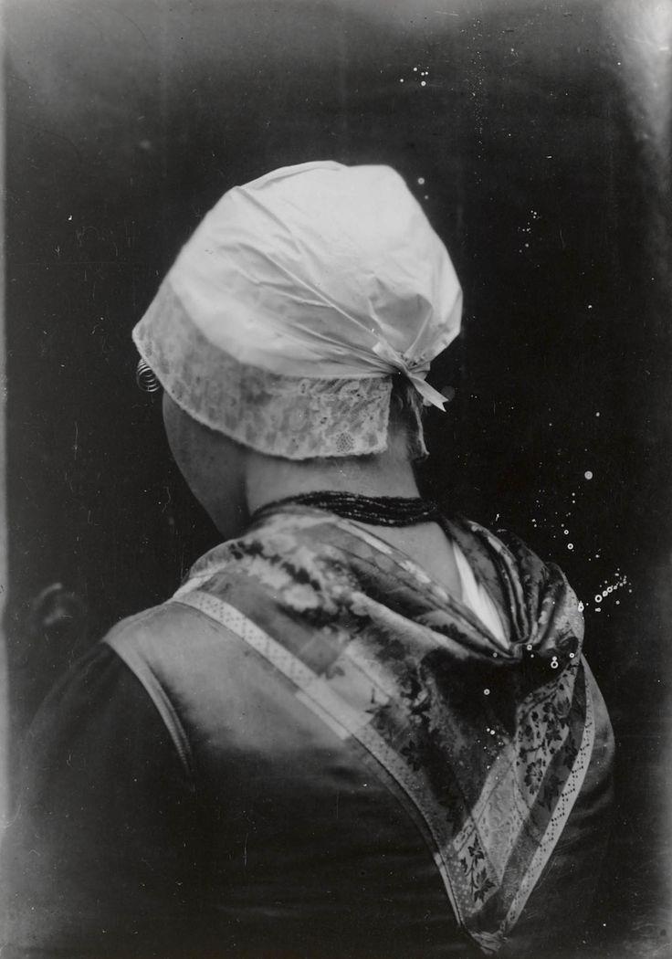 Vrouw uit Hierden in streekdracht van de Noordwest-Veluwe. De vrouw is gekleed in zondagse dracht. ca 1915 #Veluwe #Gelderland #oudedracht #Harderwijk
