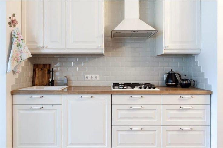 Интерьер белой кухни с отделкой базовых цветов