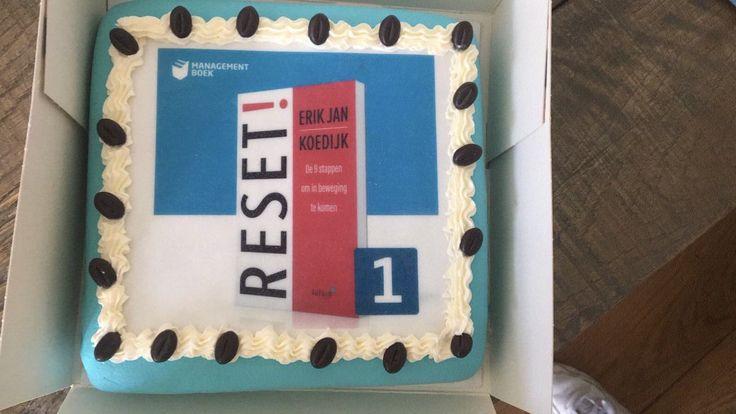 Sinds deze week is het boek 'RESET!' van Erik Jan Koedijk de nieuwe nummer 1 in de Bestseller Top 100 van Managementboek. En als felicitatie kreeg Erik Jan van Managementboek een mooie taart. Gefeliciteerd Erik Jan. #reset #erikjankoedijk #mgtboeknl #futurouitgevers
