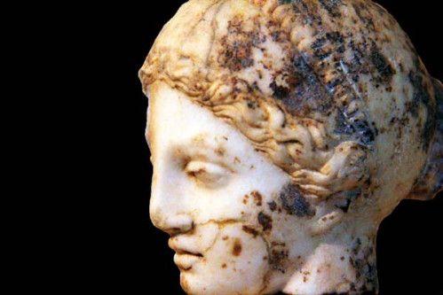 818f tête d'une statue d'Hygieia, 1er s. après JC, musée      Cette statue d'Hygieia, l'une des filles du dieu médecin Asclépios, provient du sanctuaire de son père. Elle date du premier siècle de notre ère. J'ai montré la statue en pied dans mon article sur le site archéologique, mais je trouve cette sculpture si belle que je ne résiste pas à la tentation d'en publier aujourd'hui la tête en gros plan.