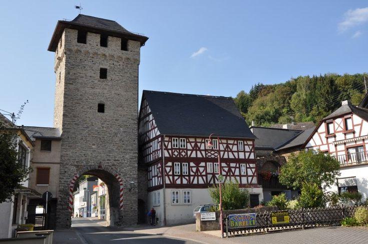 Das Untertor und das bekannte Wirtshaus an der Lahn am Ortseingang von Dausenau im Lahn-Westerwald