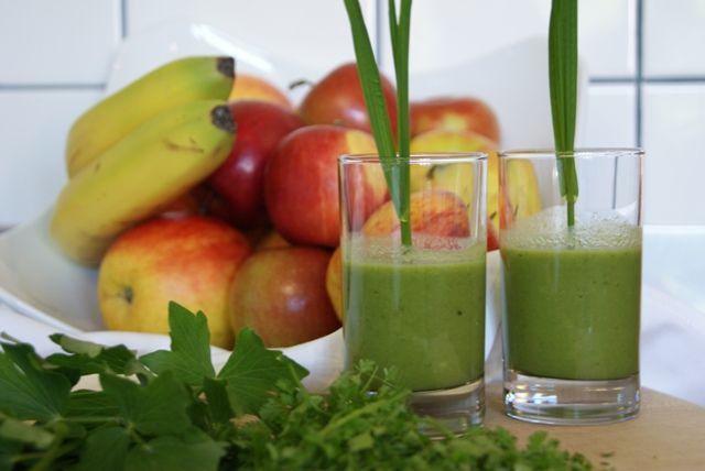 Guten Morgen Smoothie. Im Naturhotel Faakersee startet Ihr Morgen mit einer Portion Vitamine aus unserem Garten. Inhalt: Kerbel, Petersilie, Banane, Apfel, Brokkolie und Zucchini.