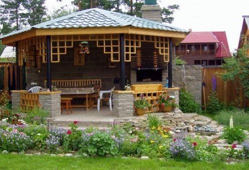 Уютная беседка - кухня и столовая на открытом воздухе с видом на сад