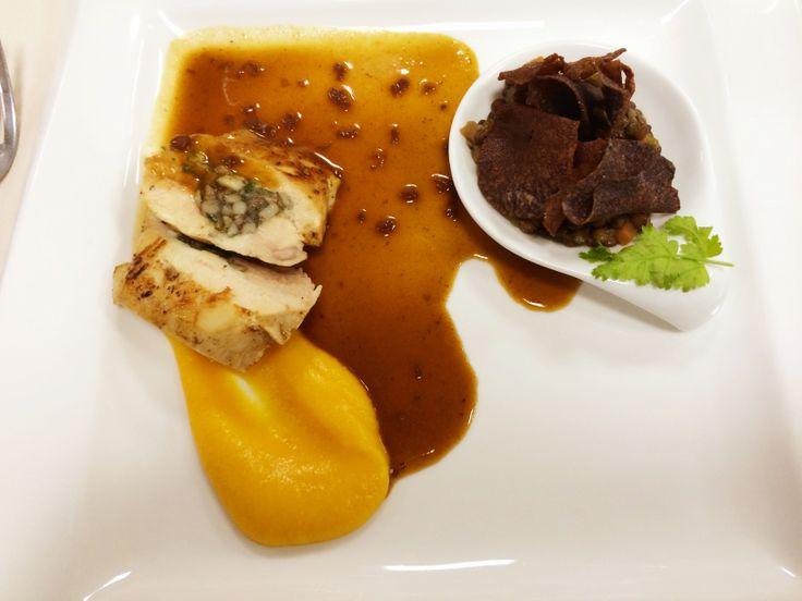 Parelhoenfilet - champignonduxelles - crème van butternutpompoen - groene linzen - chips van paarse aardappel