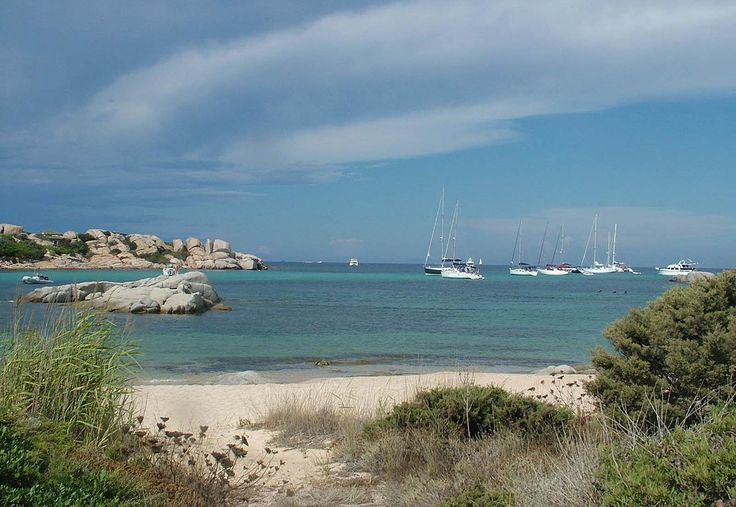 Corsica - Îles et archipels -  L'île de Cavallo fait partie de l'archipel des Lavezzi, dans les bouches de Bonifacio (le détroit entre la Corse et la Sardaigne). Elle se situe à 2,3 km de la côte1, à l'est du cap Sperone et du port de Piantarella, sur le territoire de la commune de Bonifacio. C'est la zone d'habitation la plus méridionale de France métropolitaine.