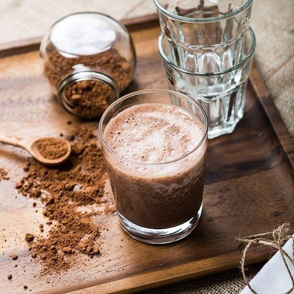 В блендере смешайте очищенные нарезанные бананы, сырое яйцо, холодное молоко и какао.