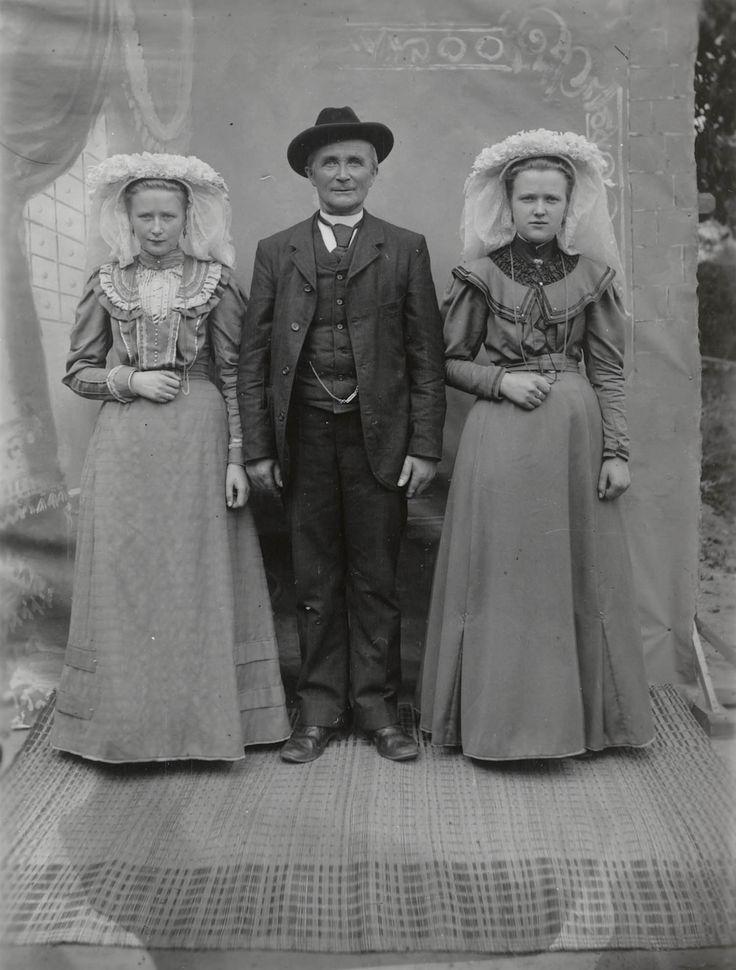Twee vrouwen en een man uit Waalre. De beide vrouwen zijn molenaarsdochters. Ze dragen streekdracht en zijn gekleed in zondagse dracht. De man is gekleed in algemene modekleding. ca 1915 #NoordBrabant #Kempen