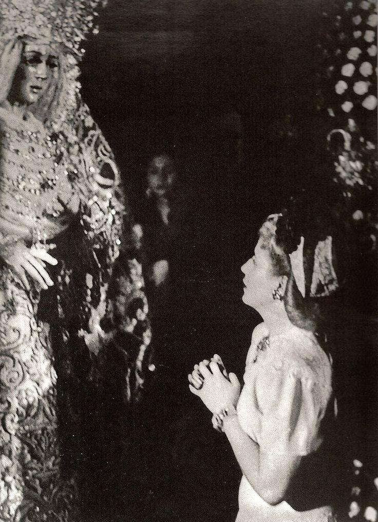 Eva Perón rezando ante La Macarena en la Iglesia de San Gil, durante la visita que realizó a Sevilla a mediados de Junio de 1947.
