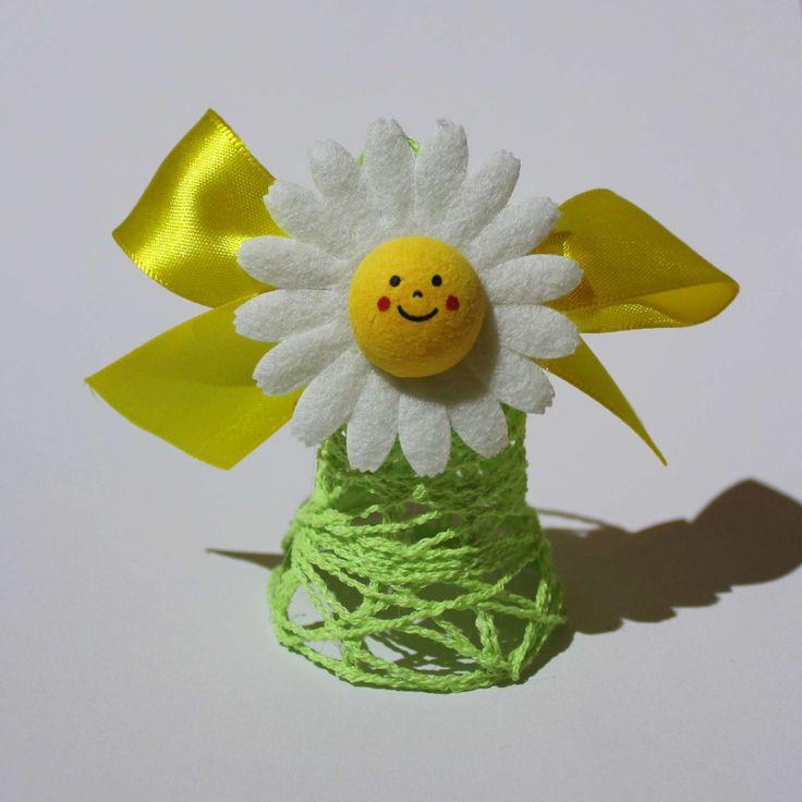 Veselý velikonoční zvoneček Květinkový zvoneček je vyrobený z bavlnky. Vysoký cca. i s květinou 6-7 cm. Jednotlivé kousky zvonečnků se od sebe tvarem mohou trošičku lišit, jelikož je každý originál.