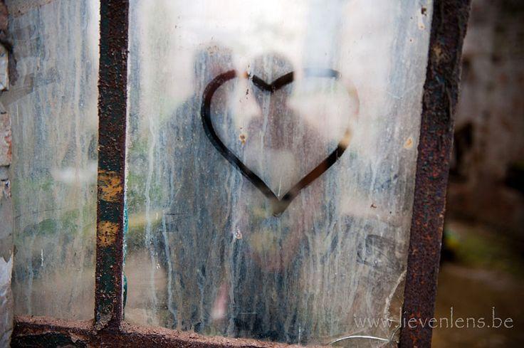 Met een aparte benadering van uw trouwfoto's in een vervallen gebouw krijg je dit :-)