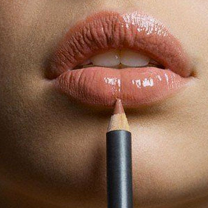 Как сделать губы больше:  1. Выбирайте помады и блеск для губ светлых оттенков. Они помогают зрительно увеличить губы. 2. Карандаш для губ телесного оттенка сделает губы более объемными. 3. В ложбинку над верхней губой можно нанести тонкую линию крема со светоотражающими частицами. 4. В центр нижней губы нанесите блеск. 5. Можно провести контур чуть выше естественной линии губ. Главное, чтобы это смотрелось органично на вашем лице. Чтобы контур смотрелся более естественно, растушуйте его…