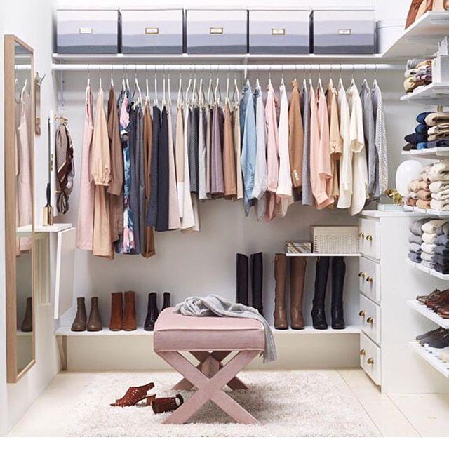 """CLEAN. Não, não é meu. Eu vi essa foto na Martha Stewart e fiquei atraída pelas cores e disposição. Aquela sensação de """"me identifiquei"""". Um reforço para a técnica do """"desapego"""". De que adianta ter um MONTE se não usamos nem a metade, né? Acumular só gera tralha e a energia não se renova. Organizar e desapegar andam de mãos dadas!! ☺️❤️✨✨ Vamos praticar? #tudoorganiZado #tudonolugar #limpeza #neat #campinas #instacampinas"""