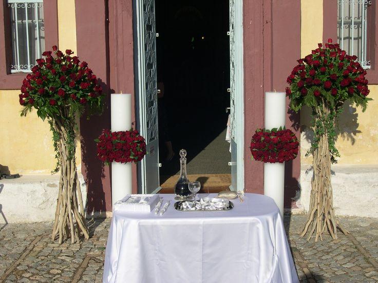 κεριά λαμπάδες γάμου με στεφανια κόκκινα τριαντάφυλλα και ανθοστήλες  σε βάσεις από θαλασσόξυλα...Δεξίωση | Στολισμός Γάμου | Στολισμός Εκκλησίας | Διακόσμηση Βάπτισης | Στολισμός Βάπτισης | Γάμος σε Νησί & Παραλία...