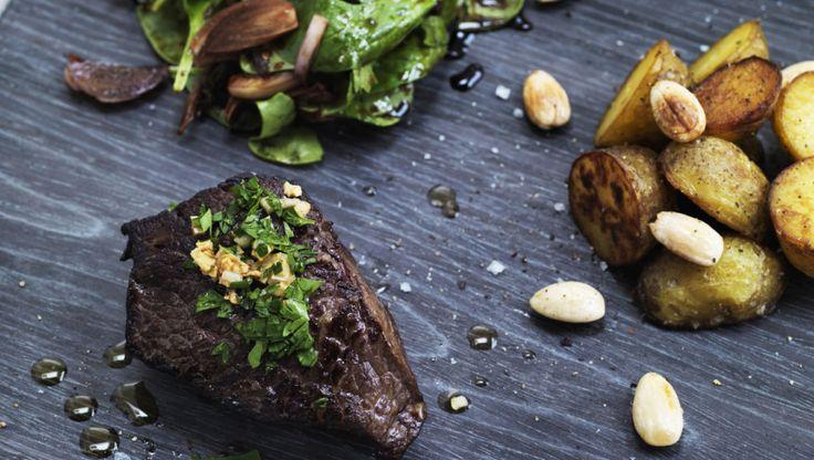 Oksemørbrad er perfekt til gæstemiddagen. Nyd de søde, men også let syrlige løg til bøffen.