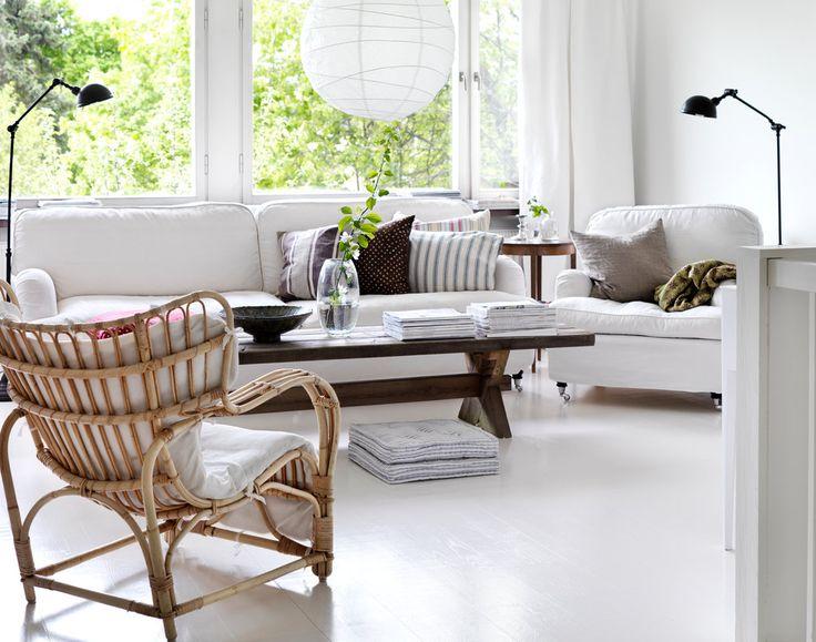 Vita väggar och golv skapar ljus och är lätt att bryta av med färgstarka detaljer. Här är golvet målat i Beckers Golvfärg Plus vit och väggen i Beckers Elegant Väggfärg glans 7, Antikvit 0502.