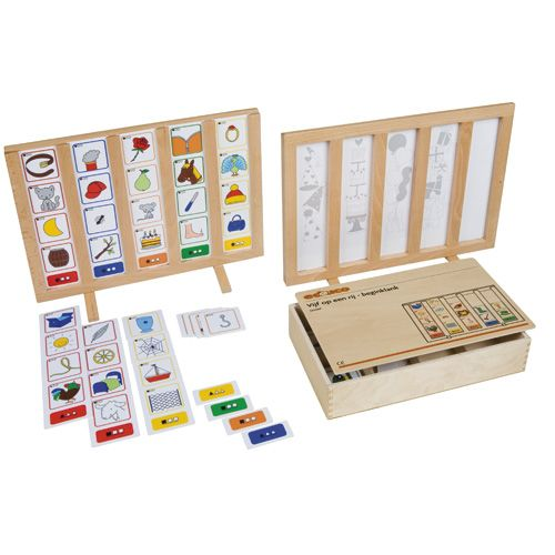 --- beginklank vijf op een rij --- Drie spellen om woorden met verschillende klanken te leren. Spel 1 gaat om beginklank, spel 2 om middenklank en spel 3 om eindklank. Kinderen plaatsen de kaartjes op de juiste wijze in de staander. Met zelfcontrole. Eén of meer staanders moeten apart besteld worden. Inhoud: 3 opdrachtstroken, 12 kleurkaartjes, 48 beeldkaartjes. Formaat kist: 31 x 29 x 8 cm (l x b x h). Formaat standaard: 42 x 30 cm (l x b). 523 067