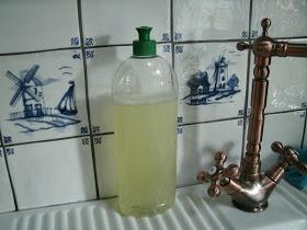 ANDERSON COTTAGE: Zelf afwasmiddel maken; lege fles vullen met lepel soda scheutje citroen, aanvullen met water en schuddenmaar!!