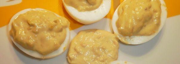 Come preparare la ricetta della salsa cambridge. Condimento a base di uova e acciughe percondire affettati, carne fredda, salsicce e wurstel.