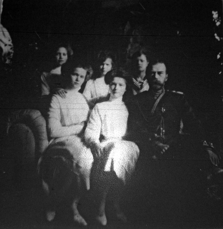 Tsar Nicholas II cercado por seus filhos no Alexander Palace em 1911. A partir da esquerda: Grand Duchesses Maria Nikolaevna, Olga Nikolaevna. Anastasia Nikolaevna, Tatiana Nikolaevna, Tsarevich Alexei Nikolaevich e Tsar Nicholas II.