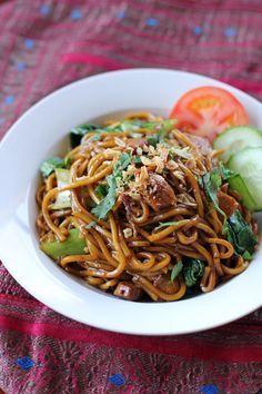 500 g Fresh Hokkien noodles / Yellow noodles 3 bunches Shanghai bok choy 100 g sliced fish cake 200 g chicken breast, sliced 2 tbsp chili sa...