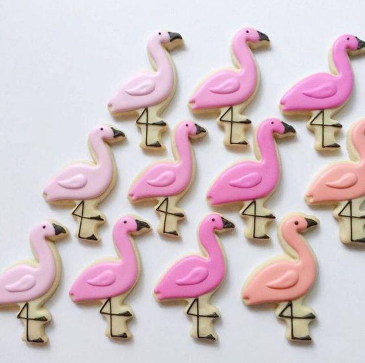 Biscuits en forme de flamant rose et glaçage rose
