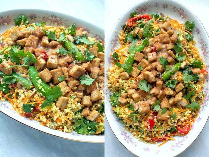 Een lekker vegan recept voor bloemkoolcouscous met heel veel groenten. Gezond en licht met een zelfgemaakte pindasaus met limoensap.