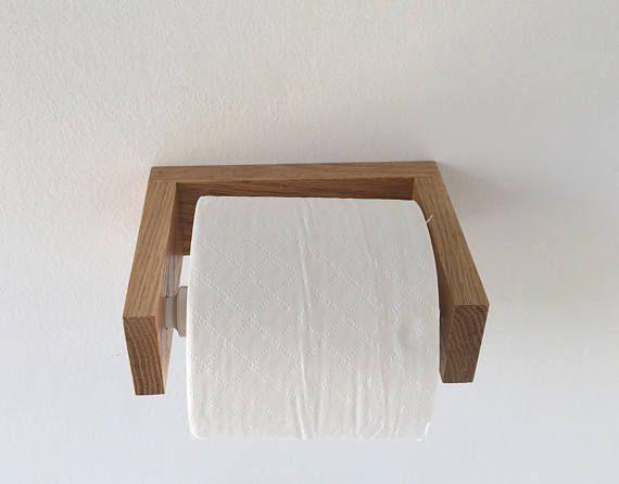 MODERNE Eiche Bad Leuchte set Dieses einzigartige Toilettenpapier und Handtuchhalter Rack ist ein muss für Ihr Badezimmer. Toilettenpapierhalter -Abmessungen: 6 1/4 x 5 x 2 -Montage von Schrauben und Dübel enthalten. Rack-Handtuchhalter -Abmessungen: 34 x 2 x 2,3/4 -Montage von