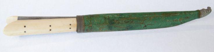 Μαχαίρι κρητικό με θήκη, φυτικό και ζωικό διάκοσμο. Ανήκε στον οπλαρχηγό Μιχαήλ Κόρακα. Σίδηρος, ελεφαντοστό, δέρμα, ξύλο, χάλυβας. 1846