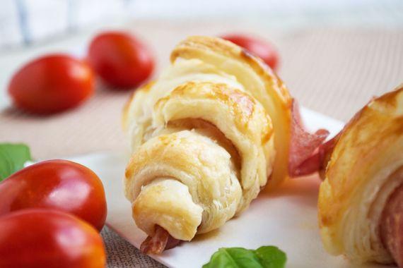 Diese knusprigen Salamicroissants sind auf jeder Party als kleiner Snack der Hit.
