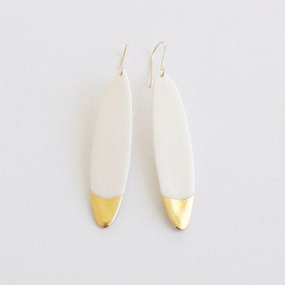 Articles similaires à N o a - Bijou porcelaine - Longues boucles d'oreilles plumes - Blanc & or rempli (gold filled) - black friday sur Etsy