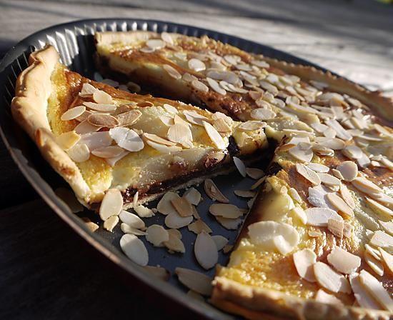 La meilleure recette de Tarte aux Poires, sur Chocolat Noir Croquant et Amandes! L'essayer, c'est l'adopter! 5.0/5 (3 votes), 3 Commentaires. Ingrédients: Pour 8 parts :  1 pâte brisée maison ou bio du commerce,  200 g de chocolat Noir 70% de Cacao,  4 poires  Conférence  ou  Abate  bien mûres,  20 cl de crème entière épaisse,  2 cuillerées à soupe de poudre d'amandes, 1 œuf moyen,  1 cuillerée à soupe de sucre semoule,  des amandes effilées.