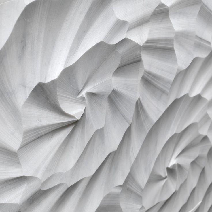 Sahara è un rivestimento di design in marmo che evoca la roccia incisa e lavorata dal vento caldo del deserto. Il disegno d'insieme risulta delicato e armonioso nel particolare, forte ed espressivo nella sua dimensione modulare. Geometrie in movimento, texture incantevoli e mutevoli al tempo stesso, giochi di luce ed effetti ottici: Lithos Design presenta Le Pietre Incise, una collezione di rivestimenti modulari tridimensionali in pietra capace di disegnare lo spazio e renderlo unico.