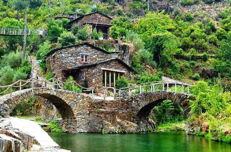 Foz D' Égua para além das casas tradicionais, destaca-se a piscina natural, local de encontro da ribeira do Piódão com a ribeira de Chãs d'Égua, que correm em direcção ao rio Alvôco