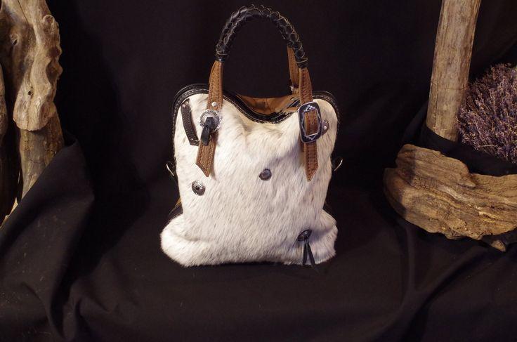 sac à main ,sac de voyage, en cuir et peau inspiration western déco conchos : Sacs à main par matosha