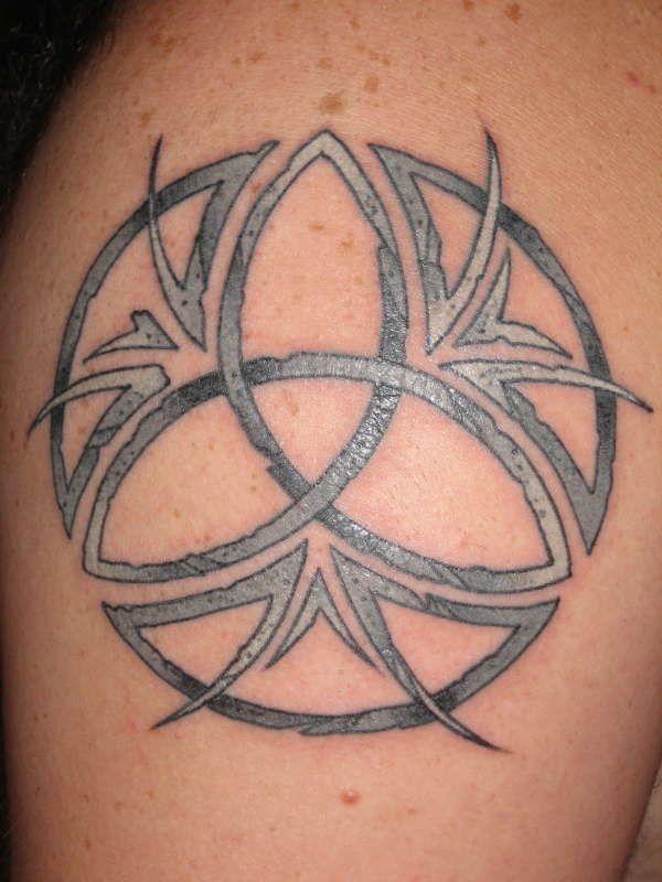 Стильный узел татуировки для вентиляторов