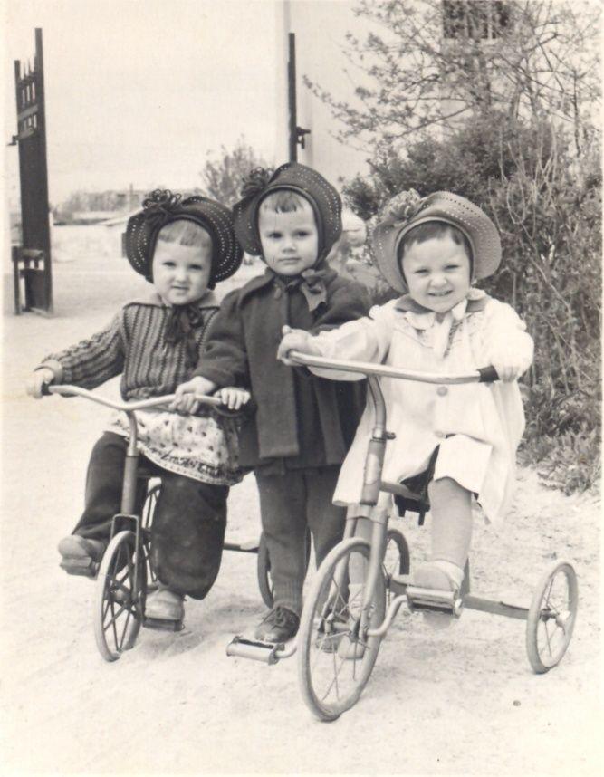 Подружки на велосипедах, 1956 - 1957 1956-01-01 - 1957-12-31, Крымская обл., г. Симферополь. Фотография из архива Ирины Насыбулиной.