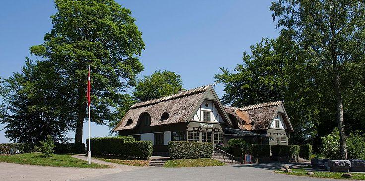 Jægerhuset ligger smukt ved Næsset ud mod Furesøen. Huset er bygget i 1896, og har været i brug som restaurant helt fra starten.