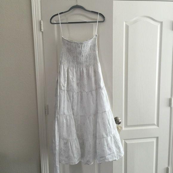 WHBM NWTs White & Silver Summer Dress SZ M WHBM, NWTs, White & Silver detail, Light Summer Dress, Size M, includes a belt White House Black Market Dresses Midi