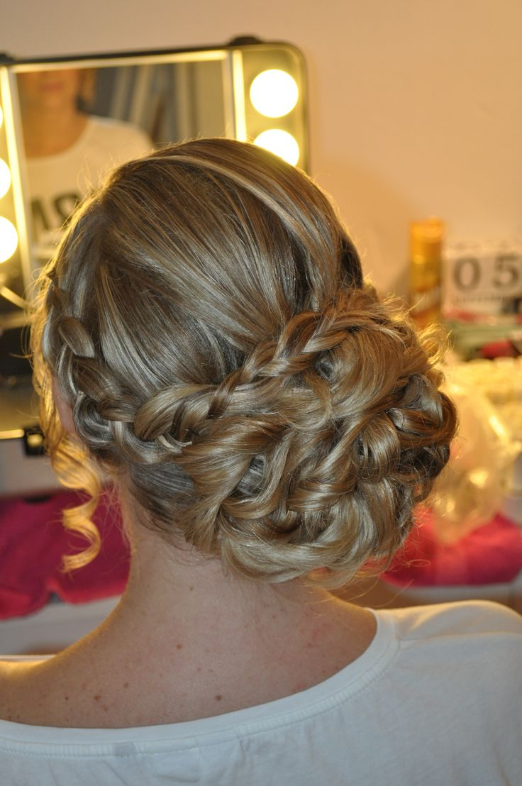 prachtige bruidskapsel zijwaartse knot met vlecht. nonchalant en stijlvol. beautyful bridal hair updo with on the side with braid by Bruid en Beauty Almere