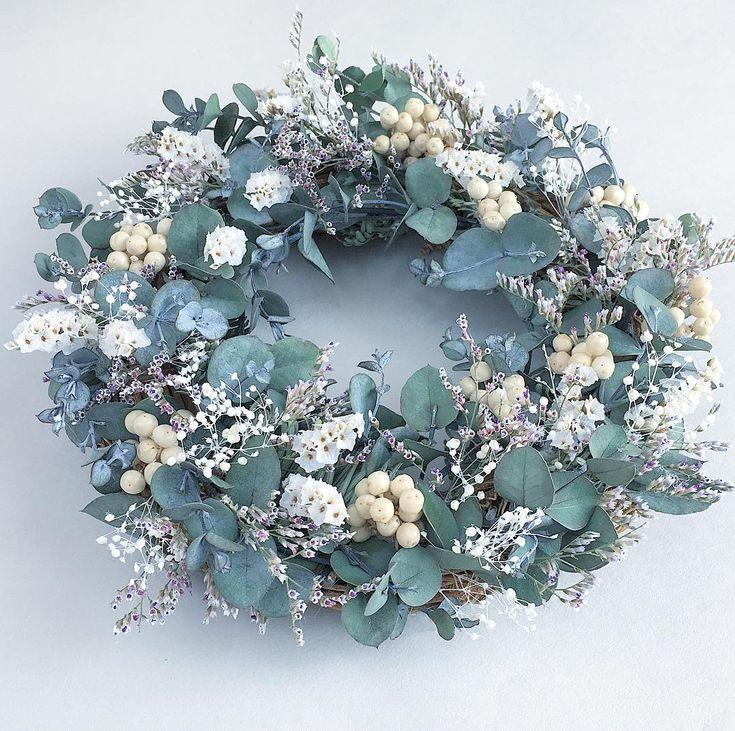 ・ グレイッシュなシルバーリーフが美しいユーカリのリースです。 ・ ユーカリを主役にしたかったので、ペッパーベリーとリモニウムを組み合わせてシンプルにまとめました。 ・ ・ ・ #flowercrown #flowerpic #flowers #wreathmaking #eucalyptus #dryflower #handmadeflowers #ユーカリ #ユーカリリース #ユーカリグニー #ペッパーベリー #ドライフラワー作り #ドライフラワー #リース作り #ガーデニング #園芸 #フラワーアレンジメント #手作り雑貨 #ミンネ #インテリア #インテリアグリーン #ディスプレイ #ナチュラルライフ #ボタニカルガーデン