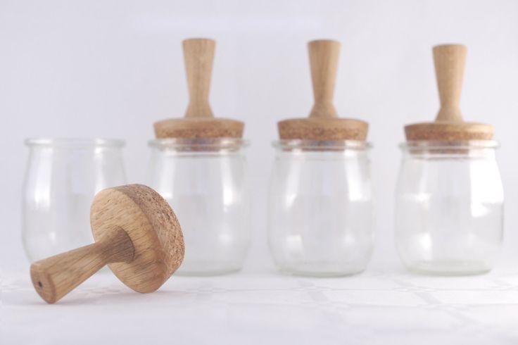Un vrai recyclage! Transformez vos pots de yaourt en verre en jolis bocaux à épices ou boîtes à perles!  Tournés en bois de chêne dans mon atelier