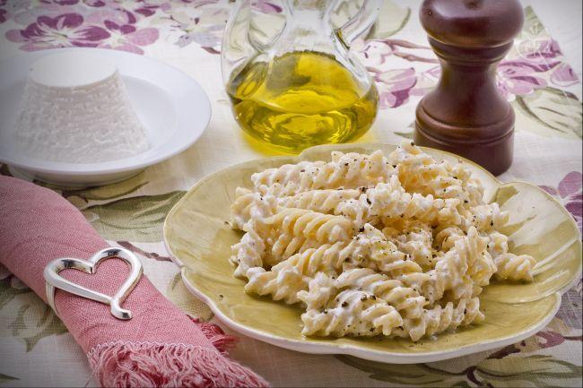 La pasta e ricotta è un primo piatto saporito e semplice da preparare, a base di ricotta romana fresca.
