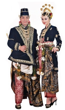 Yogyakarta - Corak Paes Ageng Kanigaran. From the book: Tata Rias Pengantin Yogyakarta Corak Paes Ageng by Tienuk Rifki and Ade Aprilia (http://gramediapustakautama.com/buku-detail/85498/Tata-Rias-Pengantin-Yogyakarta:-Corak-Paes-Ageng) -Traditional Indonesian Wedding Dresses.