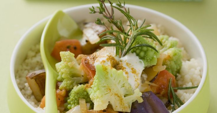 Geschmortes Gemüse mit Romanesco auf Couscous ist ein Rezept mit frischen Zutaten aus der Kategorie Gemüse. Probieren Sie dieses und weitere Rezepte von EAT SMARTER!
