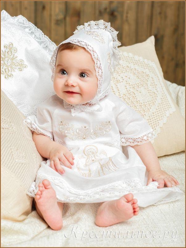 Нарядное, богато вышитое платье для Крещения девочки. Длинное платье из умягченного отбеленного смесового льна (50% лен/50%хлопок) с отделкой плетеным кружевом с золотой нитью.