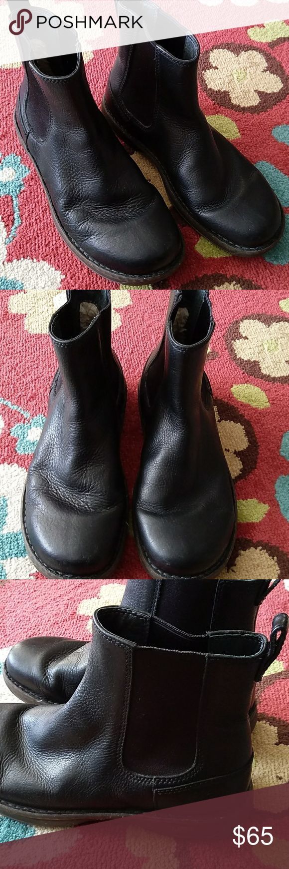 GENUINE UGG MENS UNISEX BLACK ANKLE BOOTS AUTHENTIC UGG BRAND! MENS SIZE 8 OR COULD FIT LADIES TOO. I WEAR A 9.5 IN LADIES SHOES AND I HAD SOME EXTRA ROOM WHEN I TRIED THESE ON SO THEY WOULD PROBABLY FIT A LADY SIZE 10. BLACK LEATHER WITH ELASTIC INSERTS FOR EASY PULL ON Excellent gently worn condition SPECKLE RUBBER SOLE BUNDLE WITH OTHER ITEMS FOR EVEN BIGGER SAVINGS! QUICK SHIPPING! UGG Shoes Boots