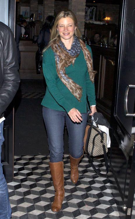 Amy Smart, scarf