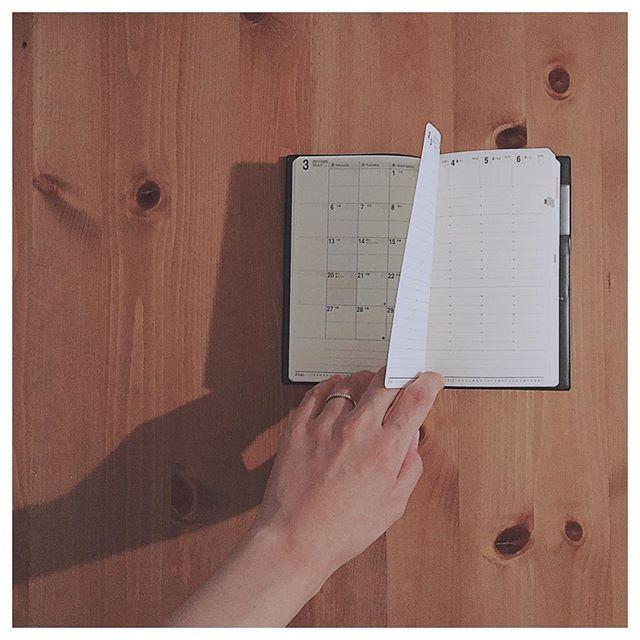 スケジュール帳の話 * * * 上半期、ジブン手帳miniを愛用。 見やすい、方眼であること、トモエリバーがとても使いやすかったジブン手帳。 毎日、くらしのきほんを書き留めて方眼に文字が埋まるのが楽しかった 下半期、仕事復帰もあるし毎日くらしのきほんを方眼にきっちり埋める自信無し! miniでも少し大きい。 あと、いちばんはデザインが少し苦手。  ここ最近ずっといろんな週間バーチカル(縦)を吟味して決めたNOLTYワイド4。  デザインがシンプル。サイズ最高。 マンスリーに私と旦那さんのスケジュールを2段分けしているので、分割されてるマンスリーが さらさらと書き留めたいので、ペンをスケジHITECからプラチナ万年筆プレピー極細に変えた。能率手帳との相性が良い。 プレピー極細の赤と青が濃すぎない色味で、好き。  毎日方眼に文字を書いていたら、普通の罫線でも方眼に書く要領で文字が書けるようになった気がする。  でも、まだまだ分からないのでジブン手帳と並行して半年使ってみようと思います。 (コロコロ変わると思います) だけども、この能率手帳ワイド4は今年で製造終了とのこと。…