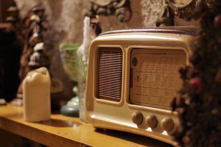 """Se solo ti fermassi ad immaginare quanta emozione abbia attraversato quell'altoparlante negli anni il senso di quello che hai da fare per domani cambierebbe. """"Abbassa la tua radio per favooor.... se vuoi sentire i palpiti del mio cuoooor.... """""""